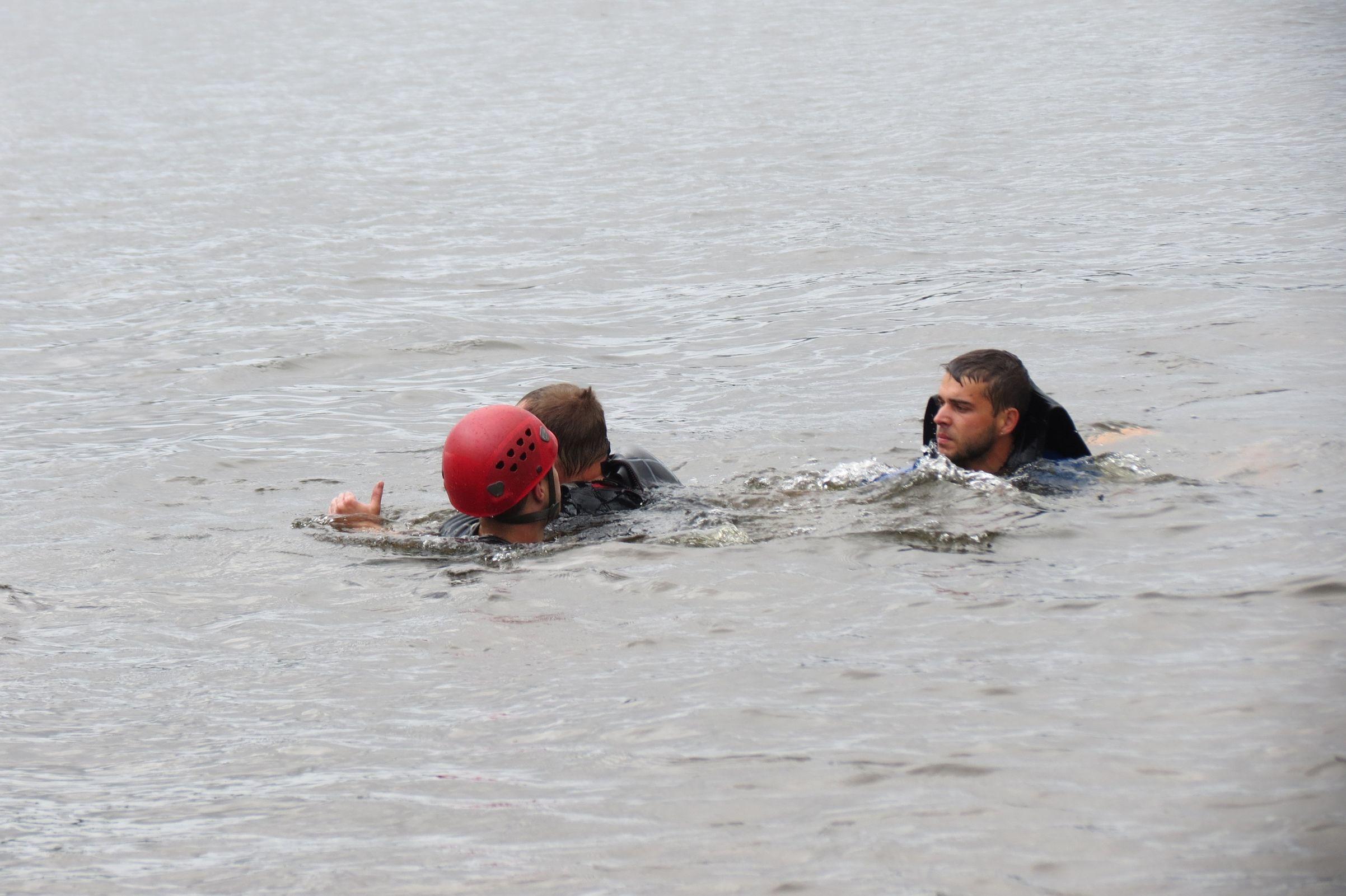 На Волге перевернулся катамаран с людьми: ярославские спасатели провели учения