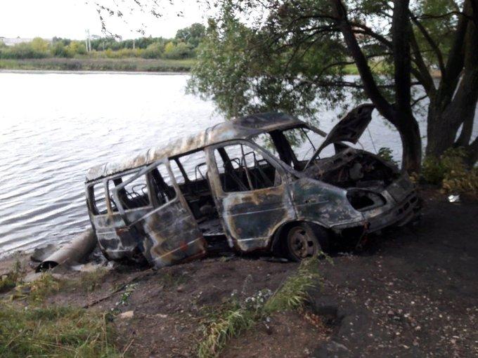 В Ярославле сгорел брошенный на берегу Которосли микроавтобус