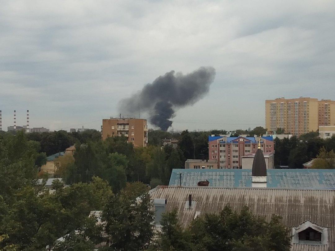 Столб черного дыма над Ярославлем: в промзоне произошел пожар