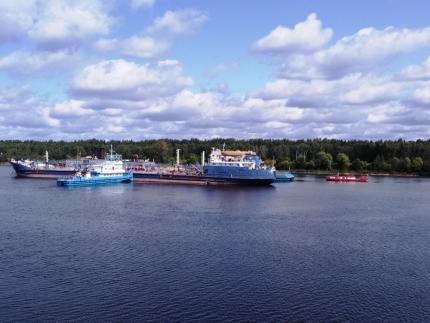 При столкновении грузовых судов в Волгу вылилось 1250 тонн нефти: МЧС провело учения