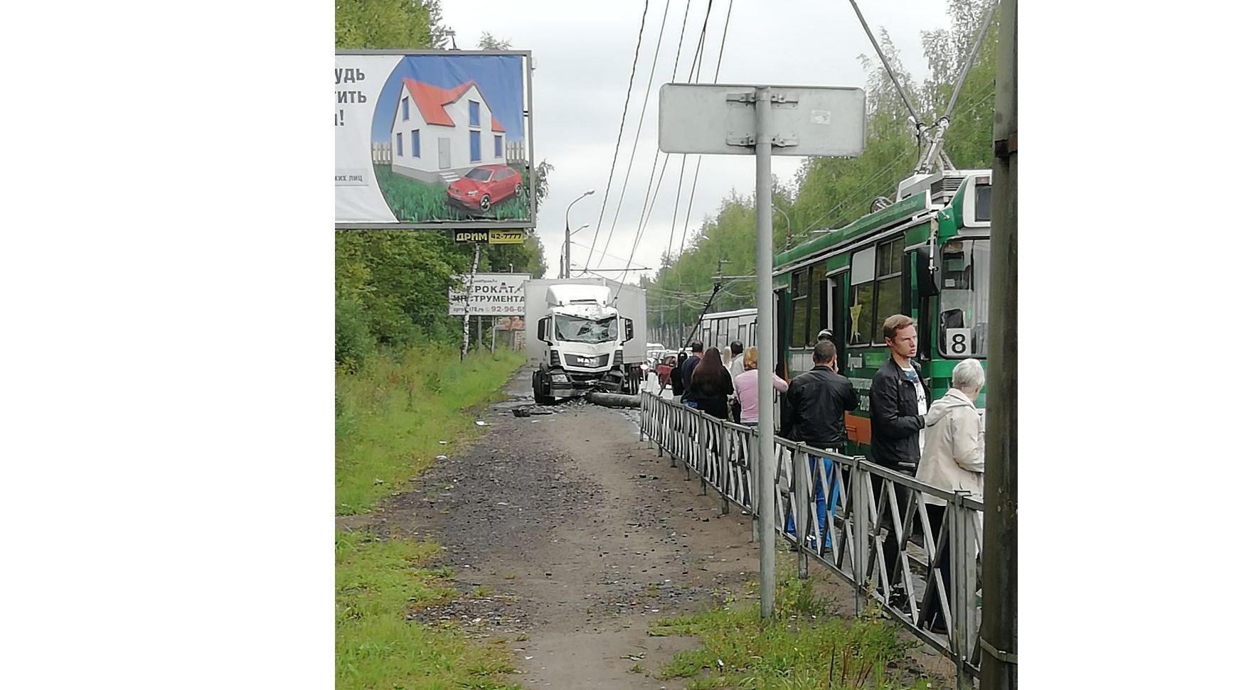 Транспорт встал: в Ярославле фура снесла столб контактной сети