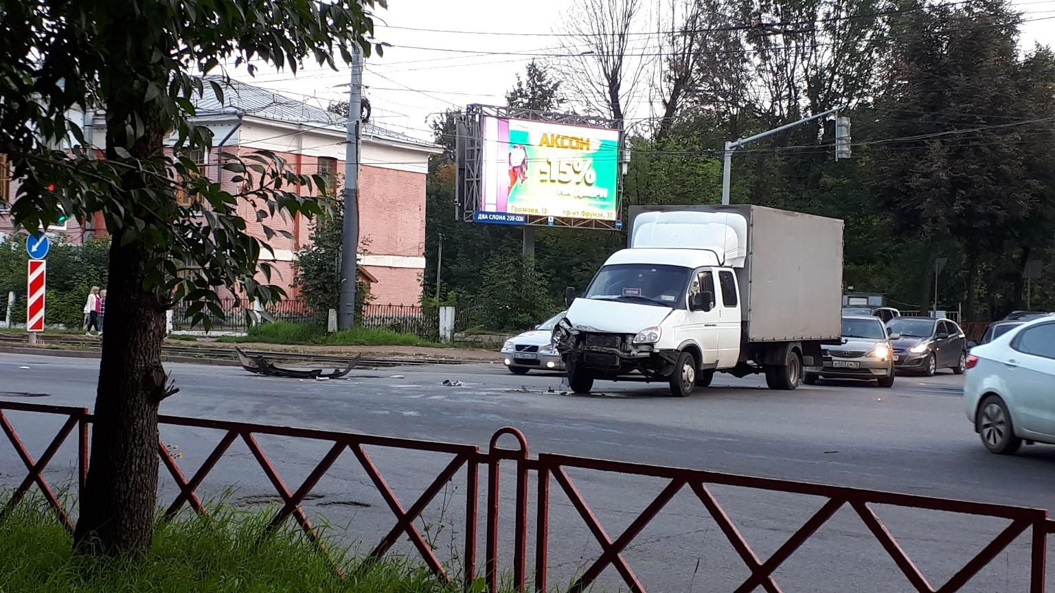 В центре Ярославля «Газель» столкнулась с автобусом