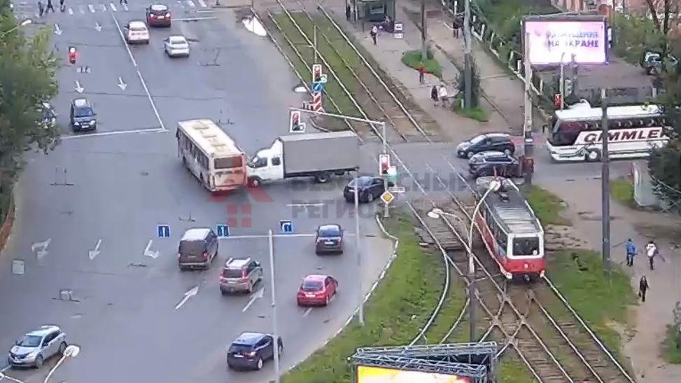 В сети появилось видео ДТП с участием автобуса на проспекте Октября