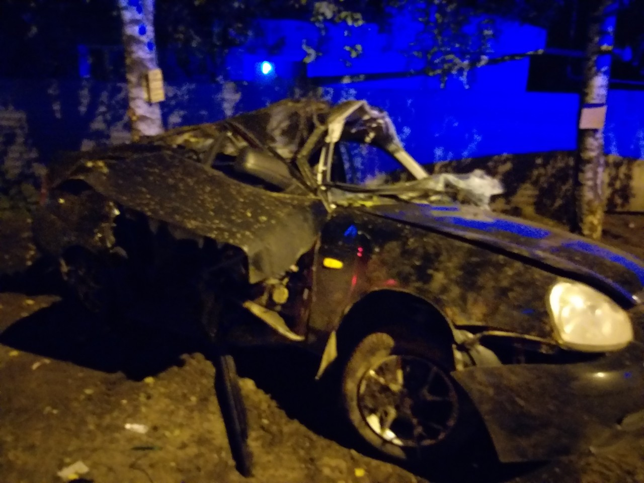 Ночью в Ярославле спасатели вырезали из искореженного автомобиля мужчину