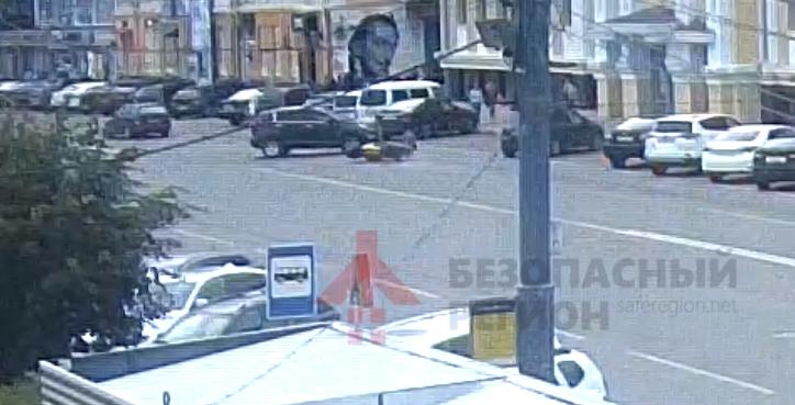 В центре Ярославля мотоциклист влетел под внедорожник: видео