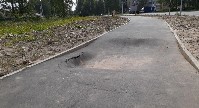 В Рыбинске на отремонтированной дороге провалился асфальт