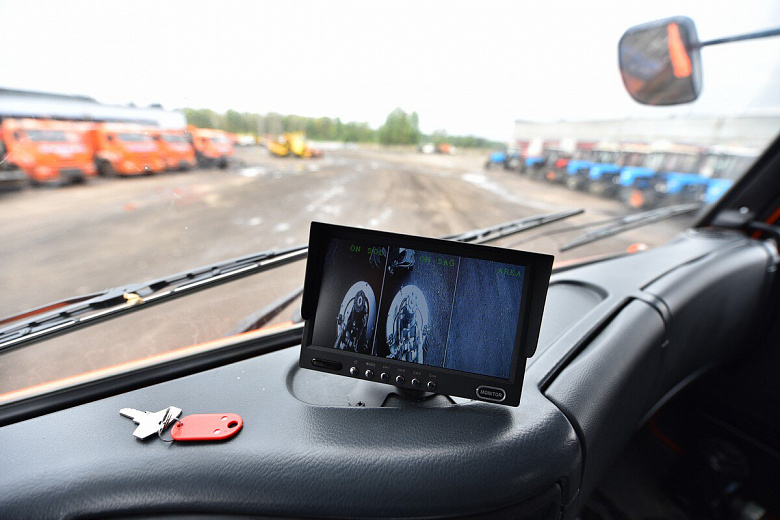 В Ярославле приобрели машину-пылесос для уборки дорог города