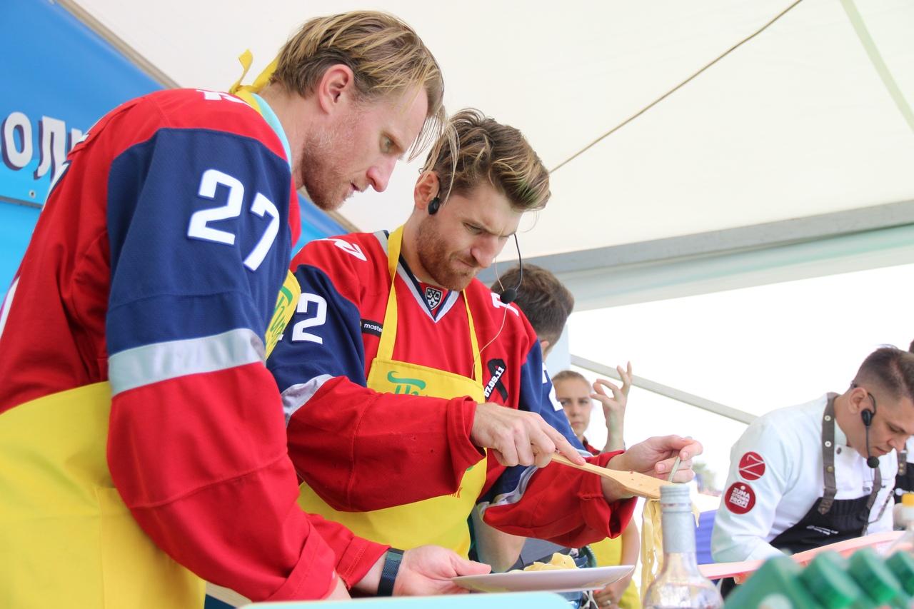 Игроки «Локомотива» поучаствовали в кулинарном поединке во время «Пира на Волге»