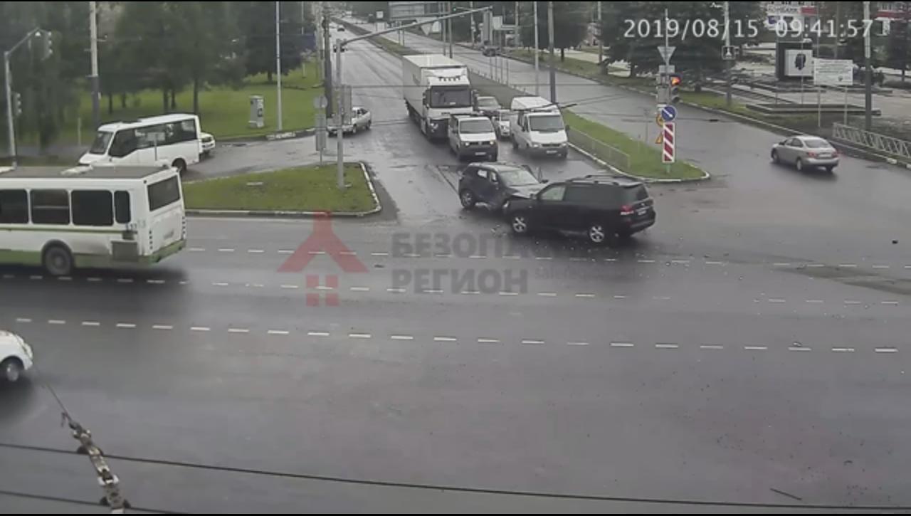 В сети появилось видео столкновения внедорожников на оживленном перекрестке в Ярославле