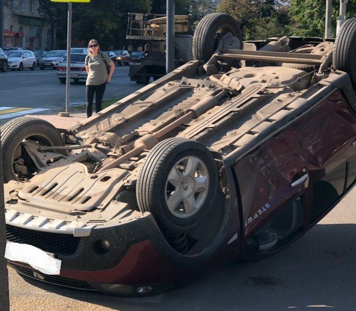 Утреннее ДТП в центре Ярославля: иномарка после столкновения перевернулась на крышу