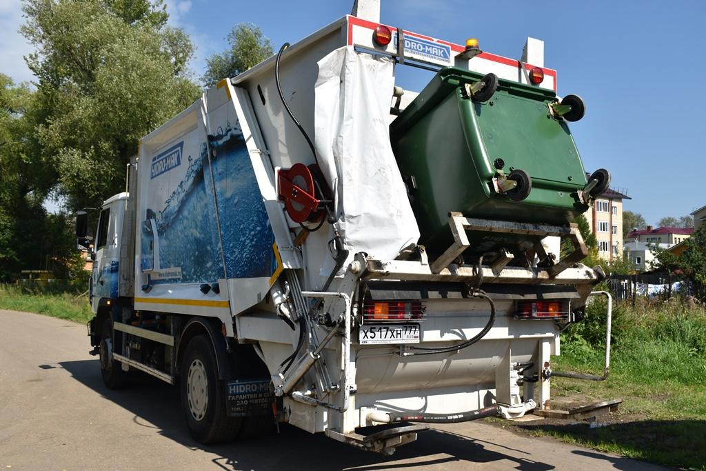 Для мойки и дезинфекции мусорных контейнеров в регионе используют новую технику