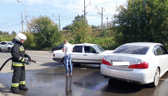 «Мерседес» и «Инфинити» не поделили дорогу в Ярославле
