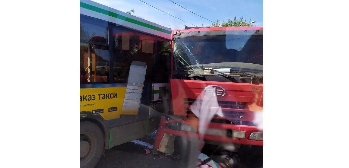 В Рыбинском районе грузовик въехал в пассажирский автобус