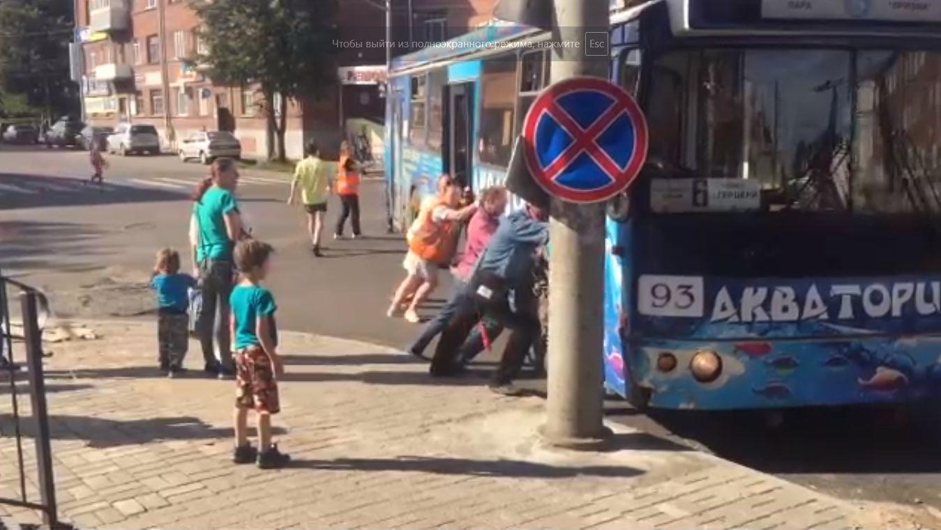 В Рыбинске пассажиры и кондуктор толкали троллейбус: видео
