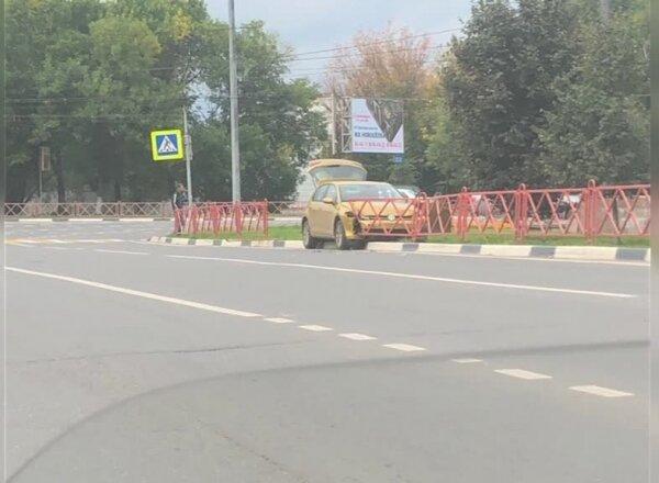 В Ярославле золотая иномарка протаранила забор на Московском проспекте