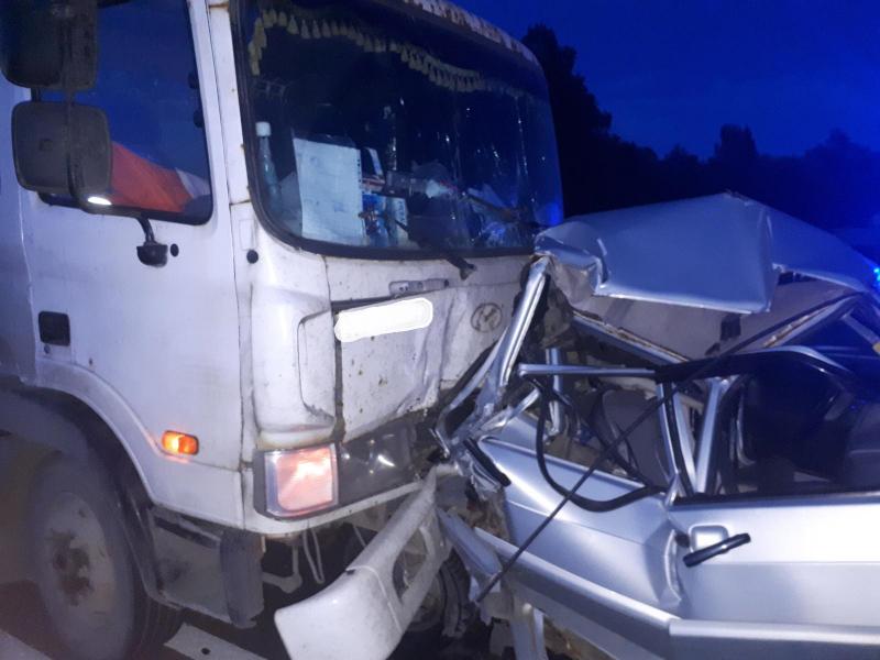 В Ярославской области грузовик столкнулся с ВАЗом: пострадали женщина и ребенок