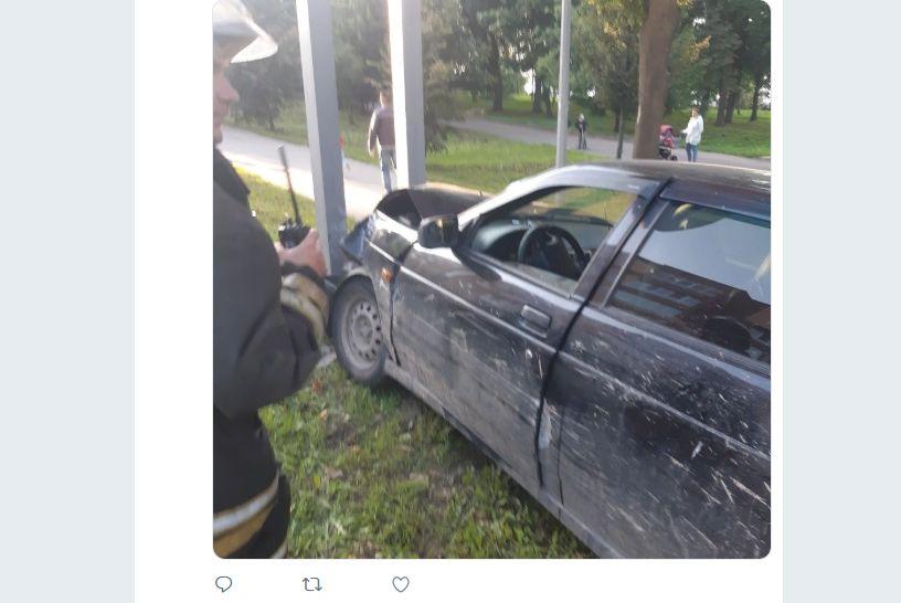 В Рыбинске «Лада» врезалась в столб: пострадал водитель