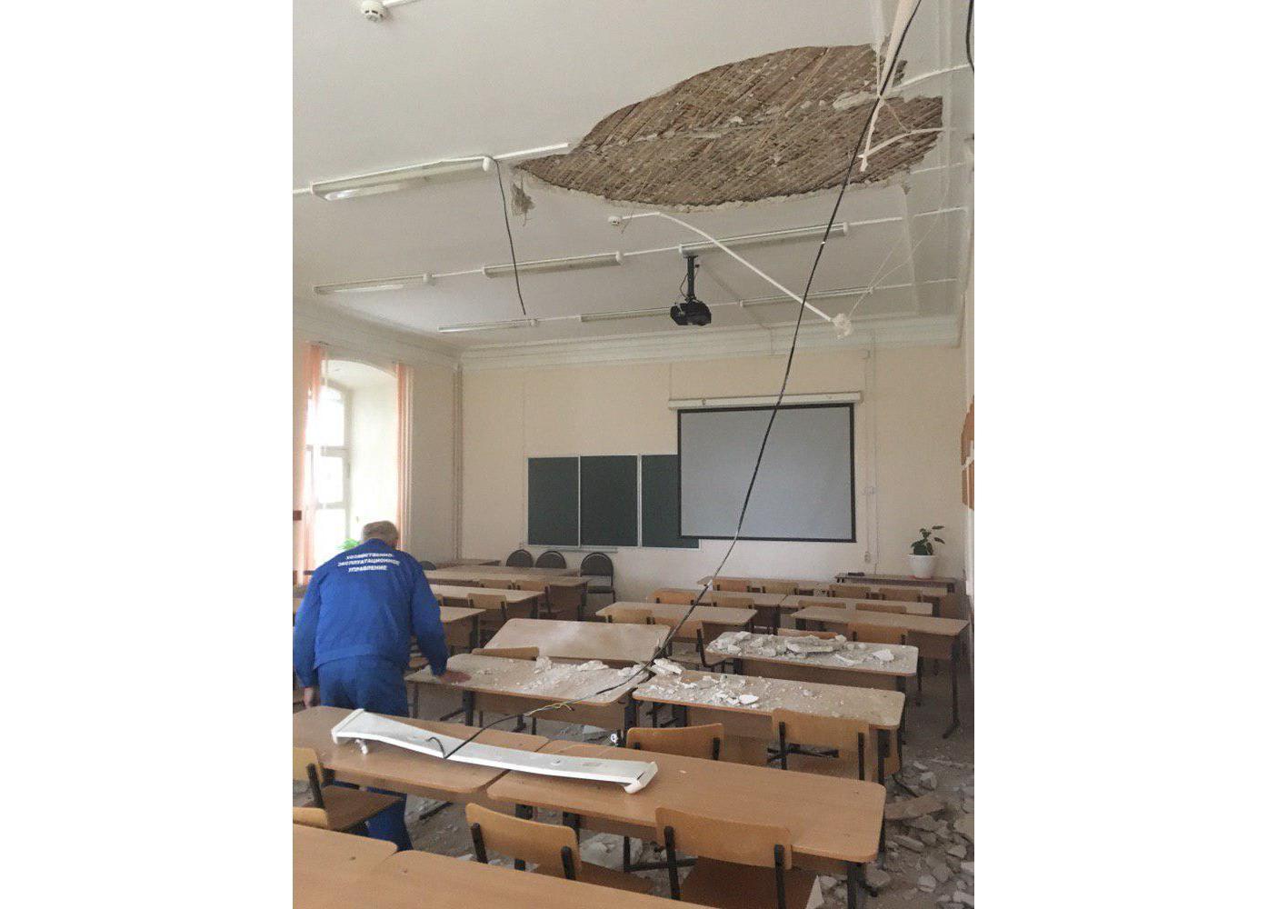 «Штукатурка обсыпалась прямо на абитуриентов»: ЧП произошло в ярославском вузе во время экзамена