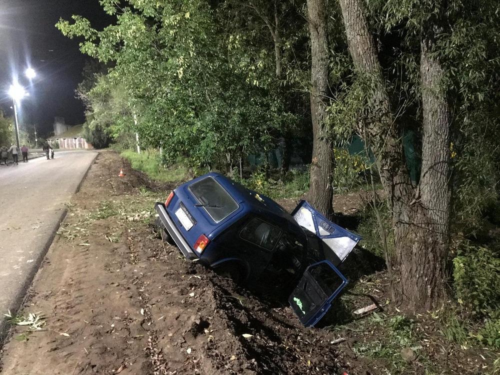 Под Ярославлем водитель «Нивы» без прав вылетел в кювет: двое пострадавших