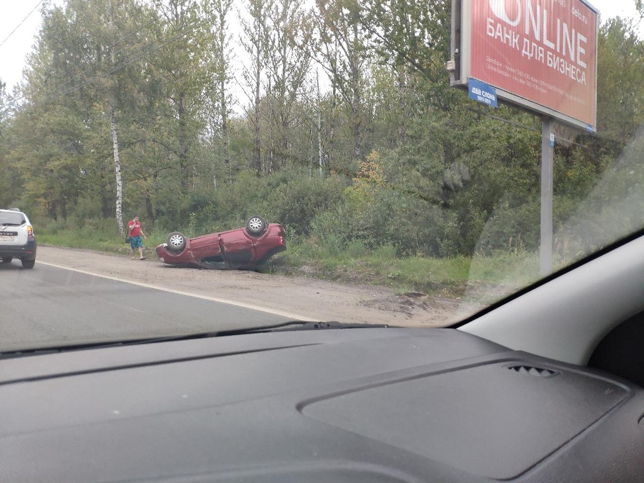 На Ленинградском проспекте в Ярославле перевернулась легковушка