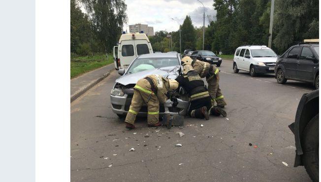В Рыбинске легковушку разворотило после столкновения с грузовиком