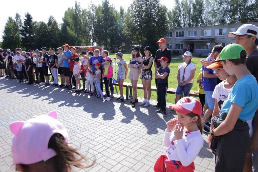 Отдыхающие в «Чайке» иркутские дети получили в подарок рюкзаки и школьные наборы