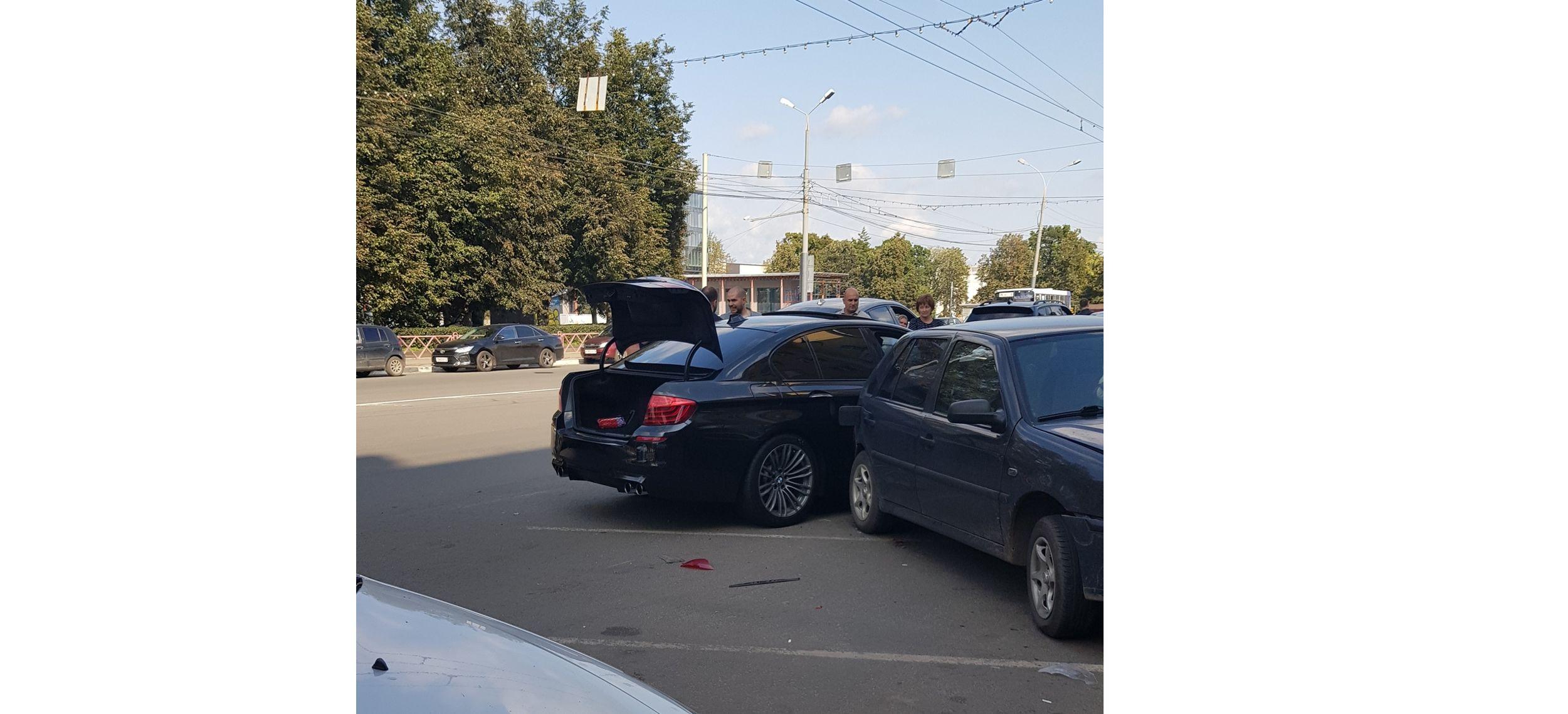 В центре Ярославля водитель BMW протаранил семь машин