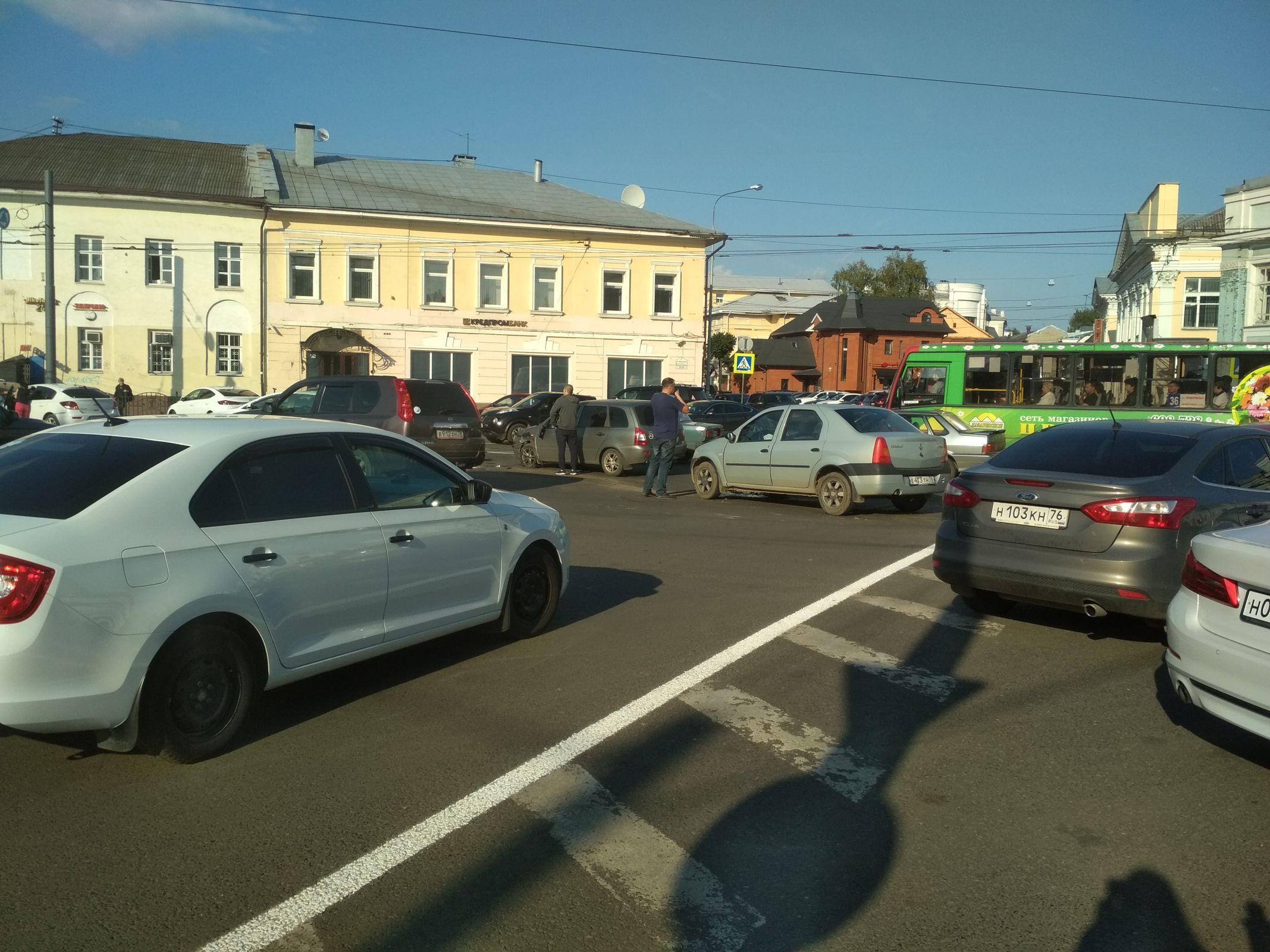 В центре Ярославля в час пик произошло тройное ДТП: движение сковано
