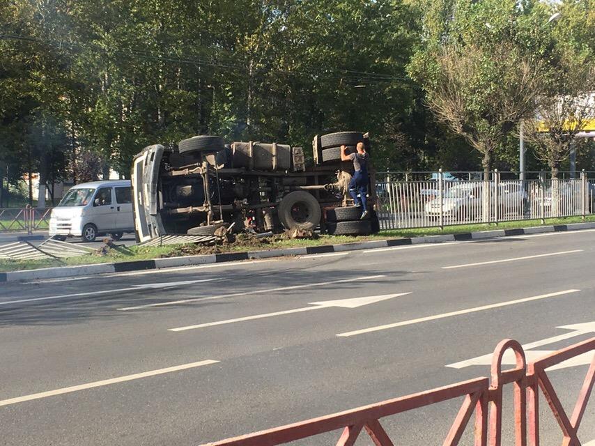 На Московском проспекте в Ярославле грузовик снес ограждение и перевернулся