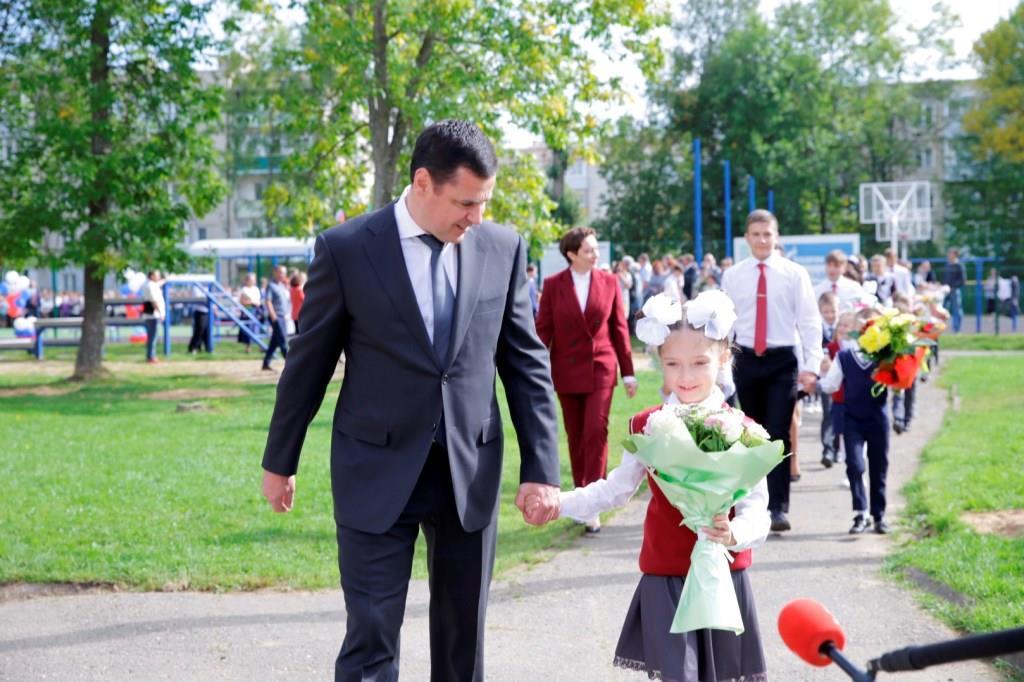 Губернатор Дмитрий Миронов поздравил с началом учебы школьников средней школы №1 Гаврилов-Яма