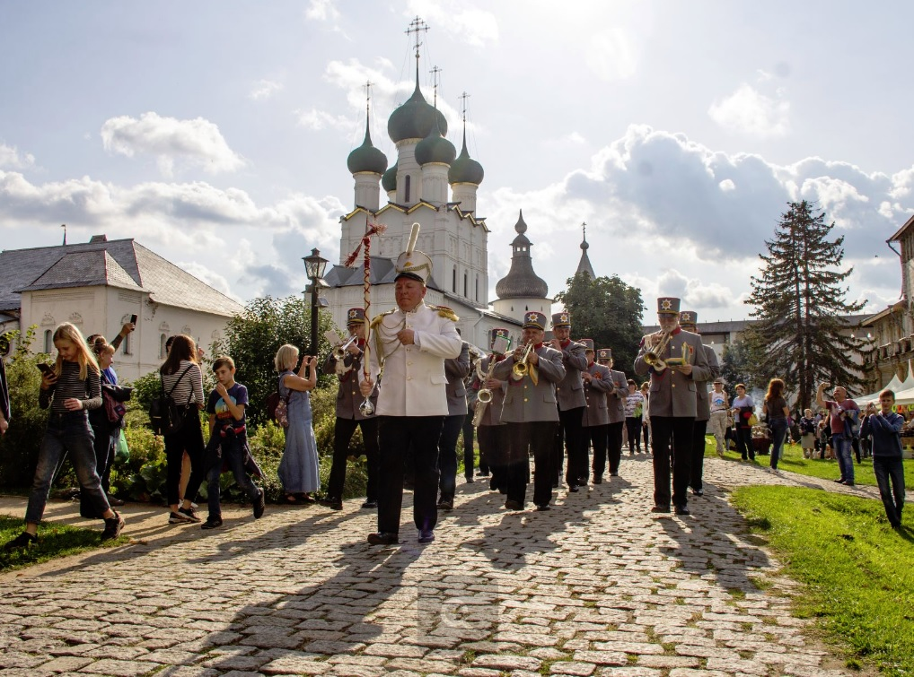 Баттлом яблочных пирогов проводили лето в Ростовском кремле