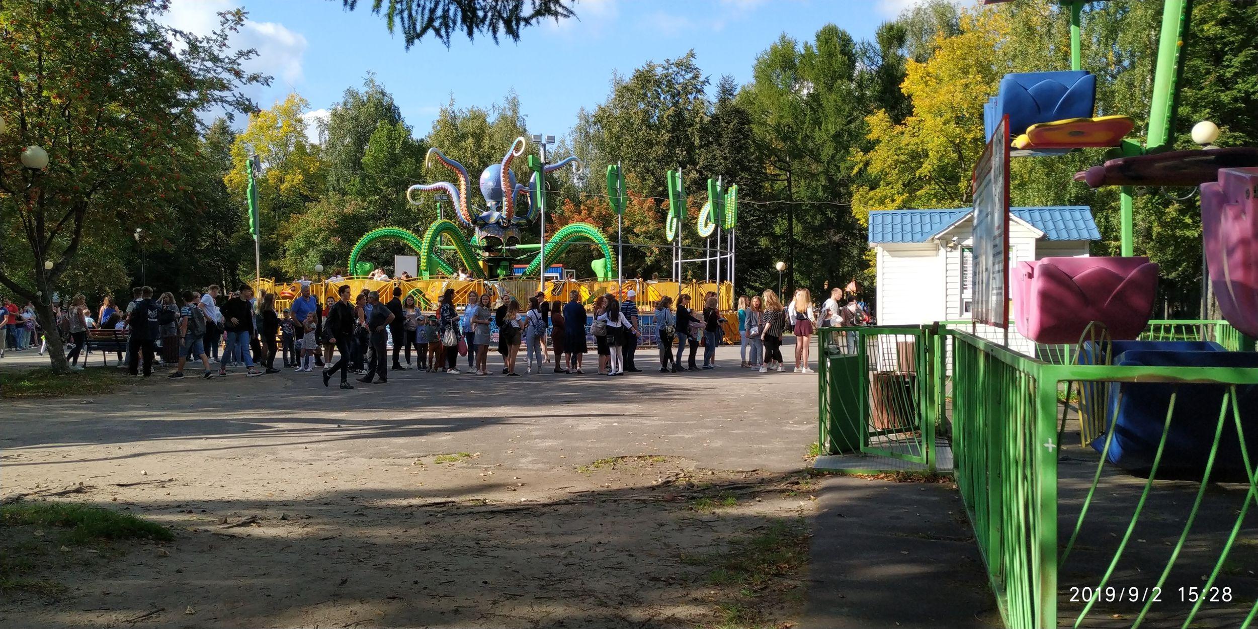 В Ярославле в День знаний в парках образовались огромные очереди на аттракционы: в чем причина