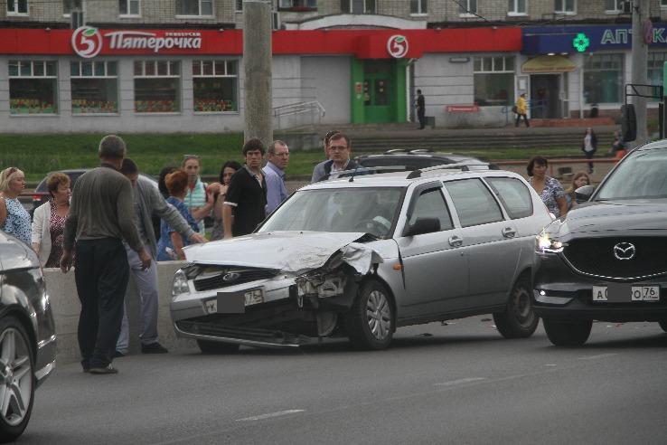 В Рыбинске в ДТП с тремя машинами и троллейбусом пострадала женщина