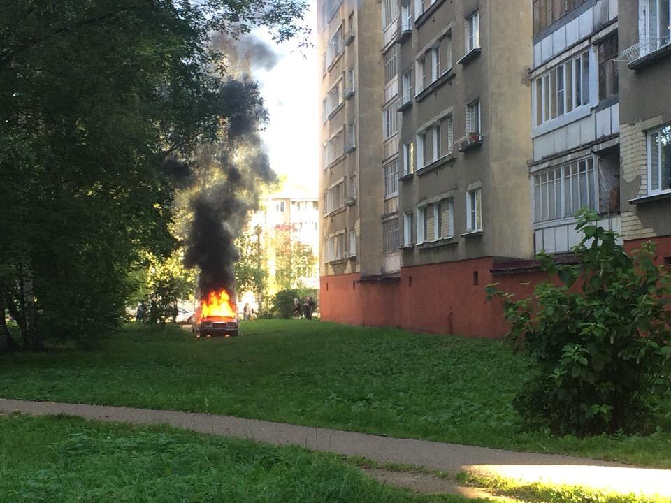 Около школы искусств в Ярославле средь бела дня загорелась иномарка