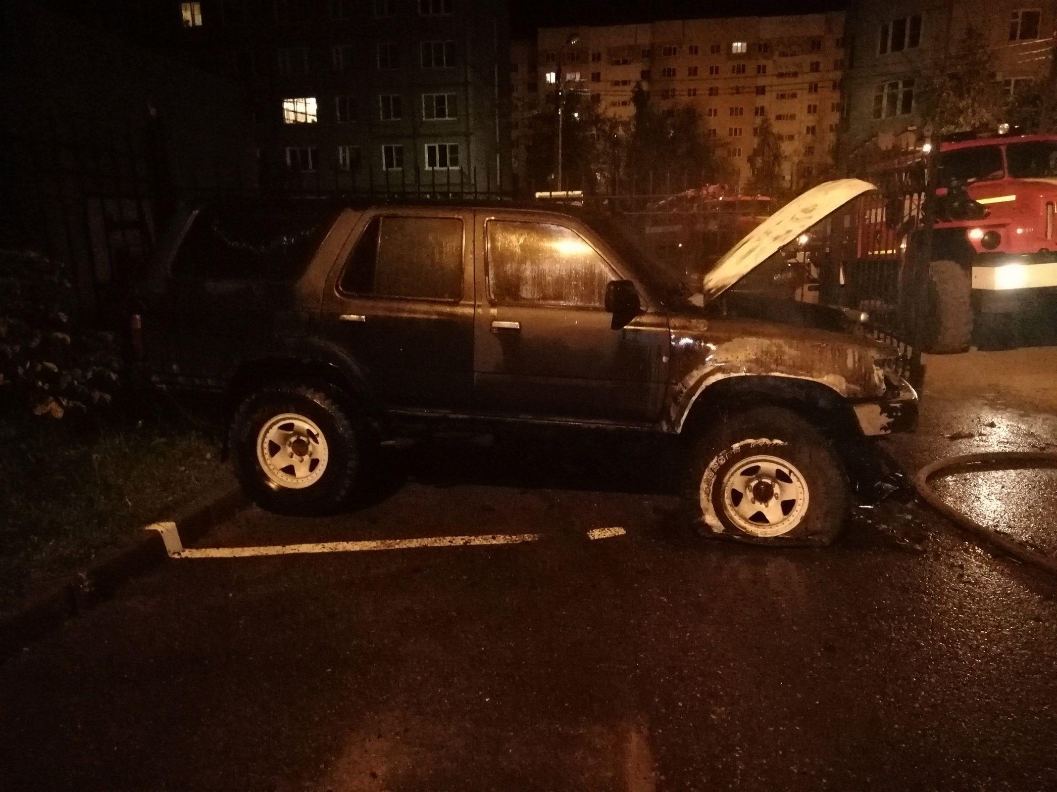 Сожгли из-за парковки? В Ярославле ночью полыхал внедорожник