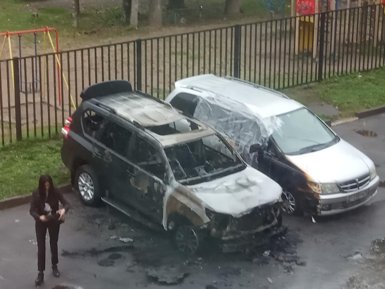 «90-е возвращаются»: в Дзержинском районе Ярославля снова подожгли машину – видео