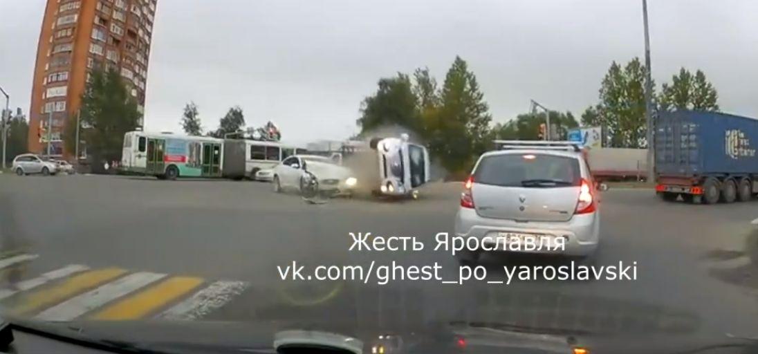 В Ярославле на перекрестке перевернулась иномарка после столкновения с «Ягуаром»: видео