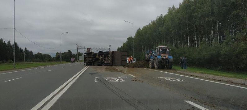 В Ярославском районе КамАЗ с навозом перевернулся на трассе М8 и перегородил полосу