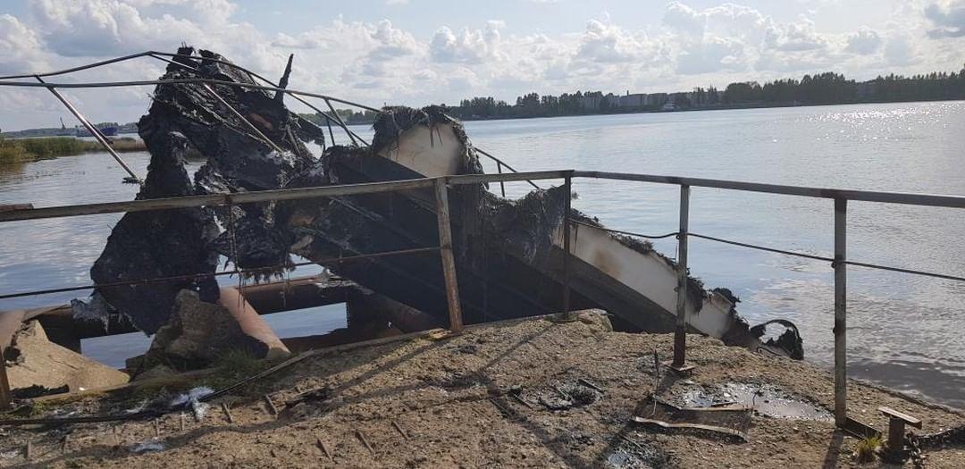 В Ярославской области частный катер врезался в пристань и сгорел