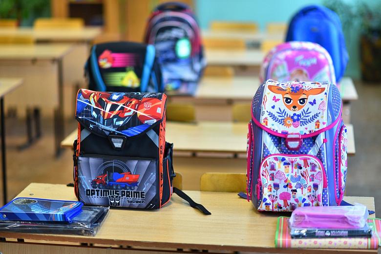В Ярославле детям выдали канцтовары и рюкзаки взамен сгоревших в школе