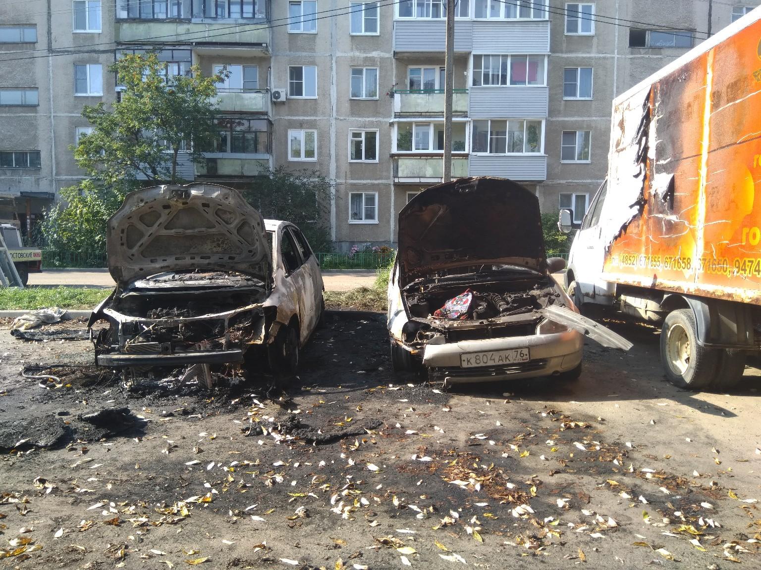 В Ярославле ночью сгорели две машины