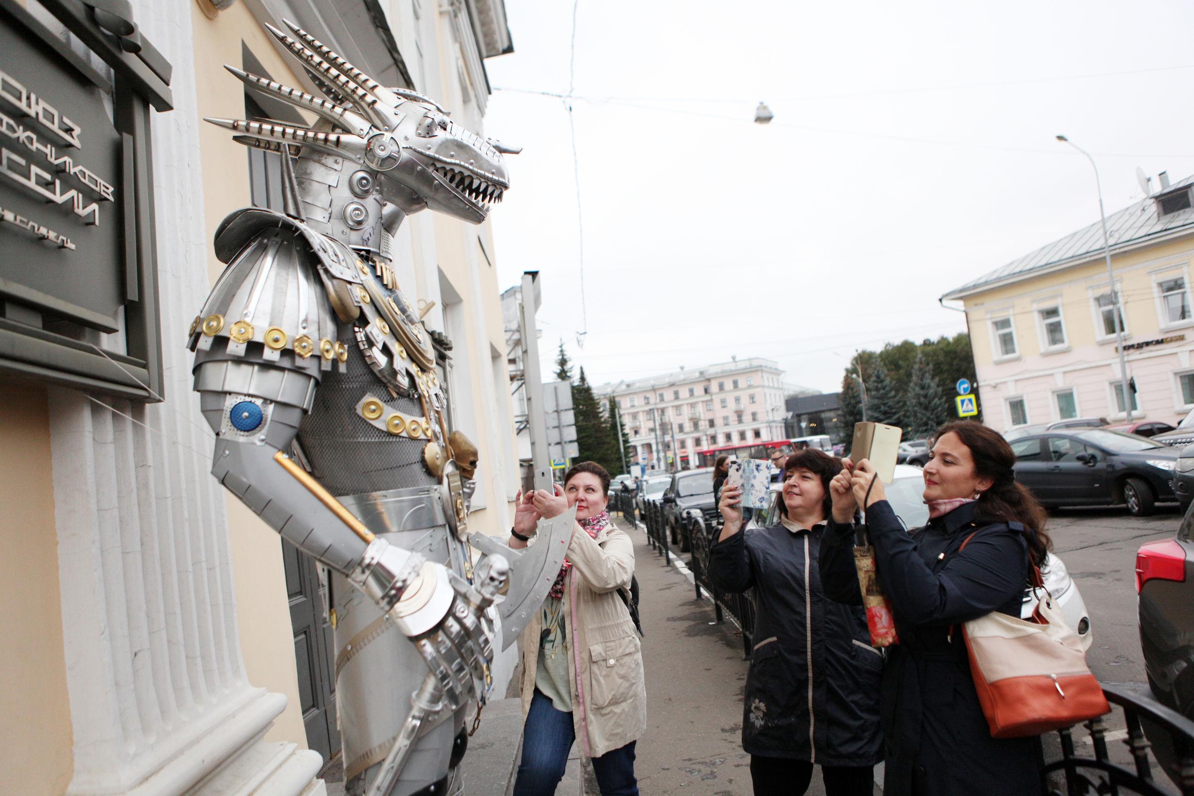 Путешествие в «Закулисье». Ярославцев удивил огромный рыцарь с головой волка – фото