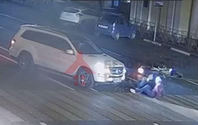 Появилось видео, как «Мерседес» столкнулся с мотоциклом в центре Ярославля