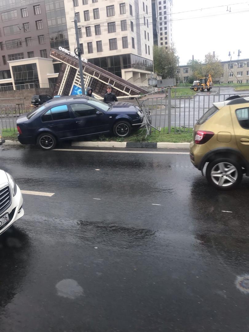 В Ярославле иномарка протаранила забор на Московском проспекте