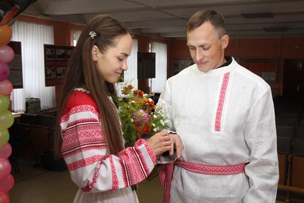 В Ярославской области в колонии сыграли свадьбу в древнерусских традициях: фото