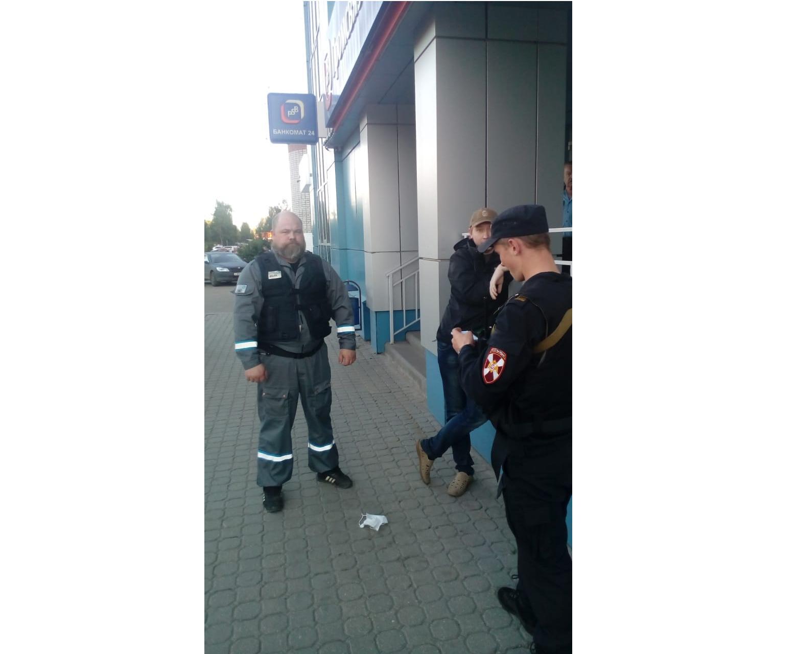 У банка в Ярославле задержали подозрительного мужчину в маске и с пистолетом
