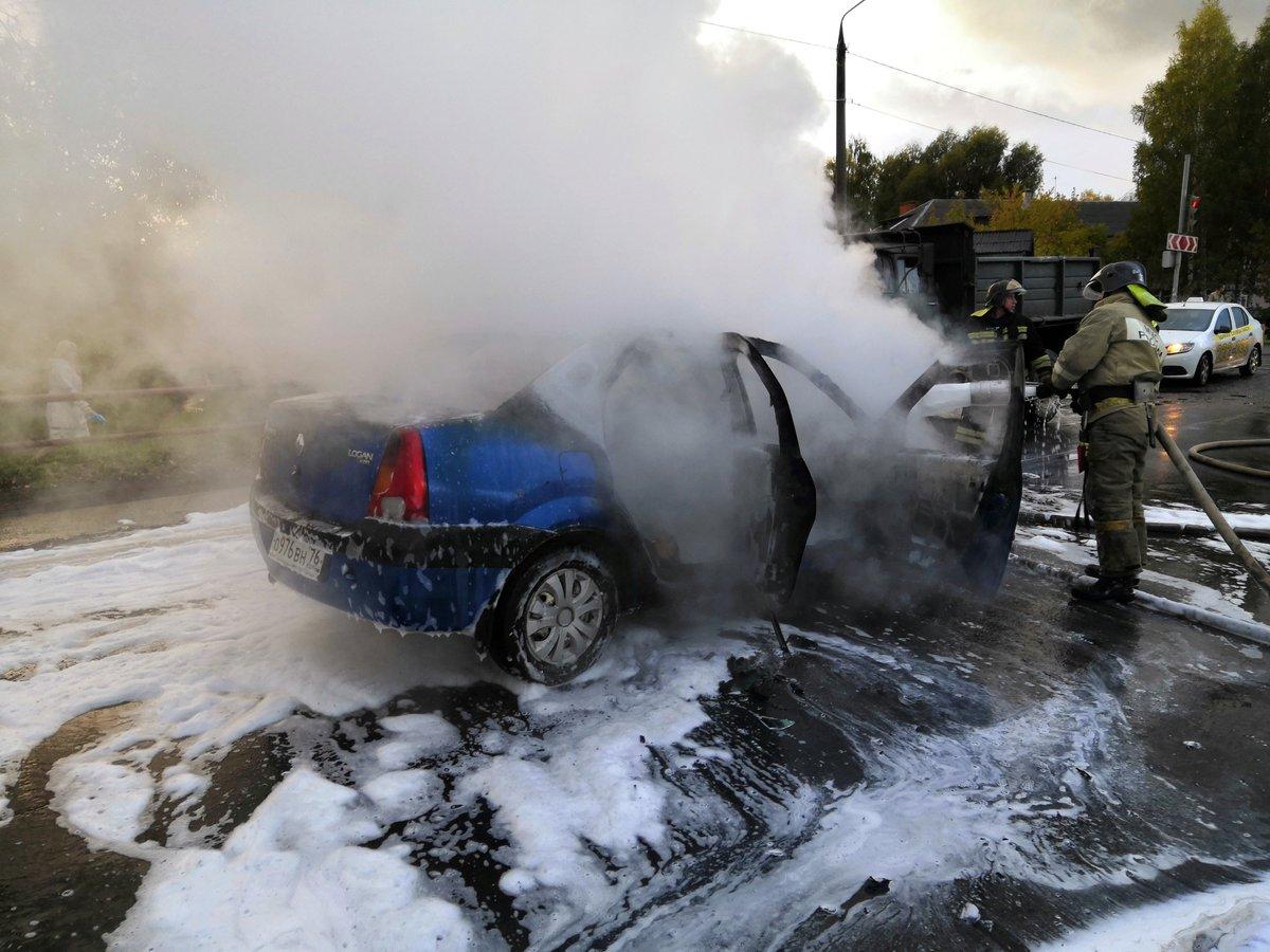 В Рыбинске прямо на дороге внезапно загорелась иномарка: видео