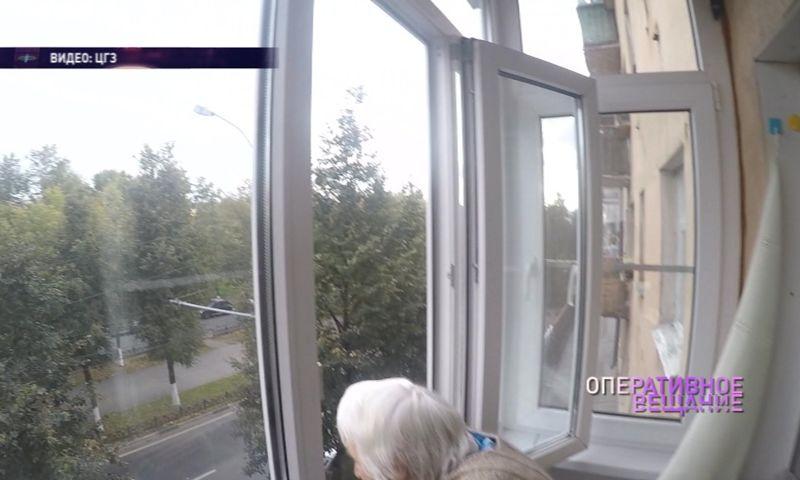 В Ярославле спасли запертую на балконе пенсионерку: видео