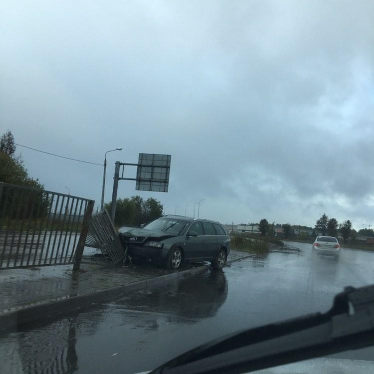 «Три пролета положил»: в Ярославле иномарка снесла забор