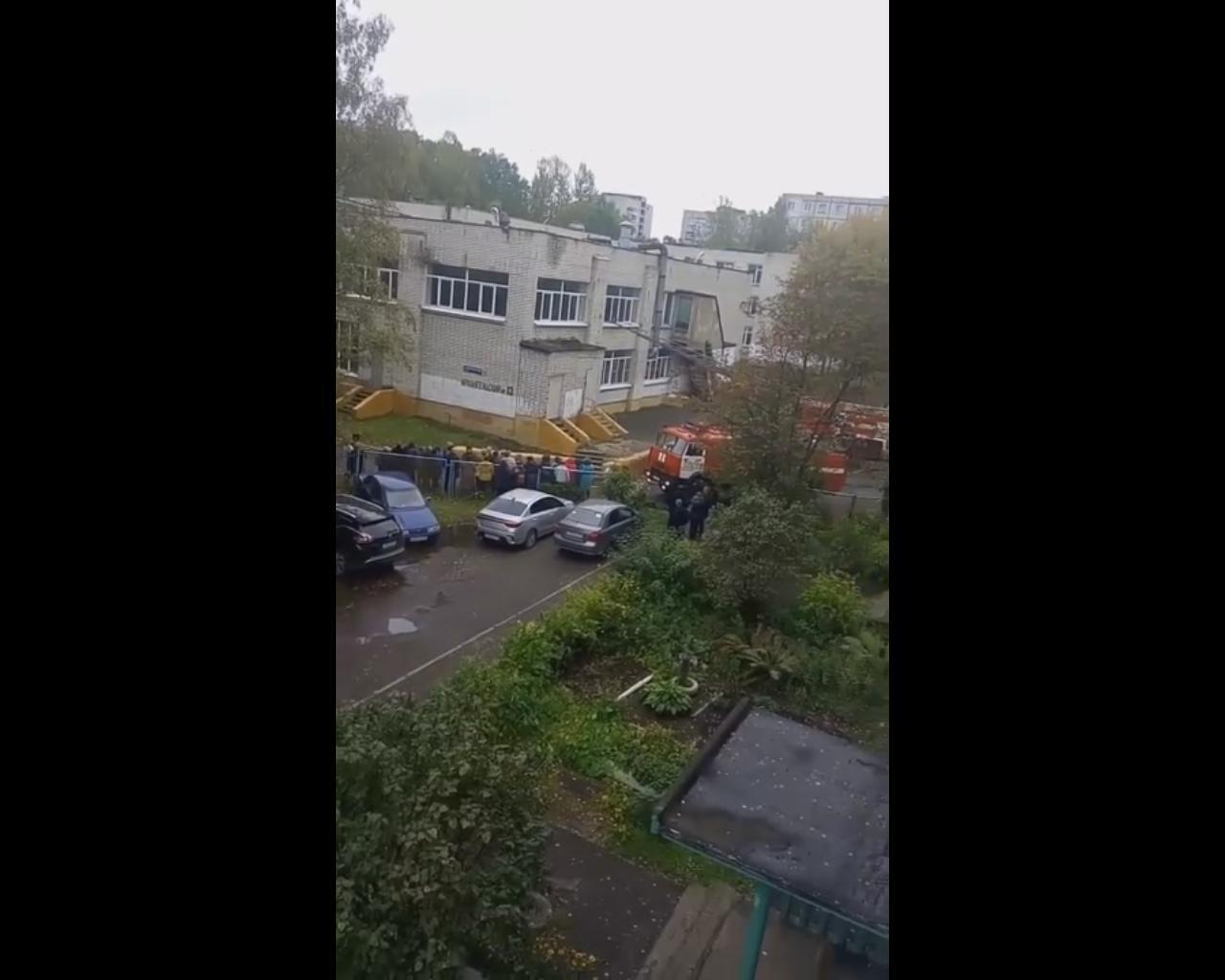 «Опять что-то случилось»: пожарные снова приехали к школе №29 в Ярославле